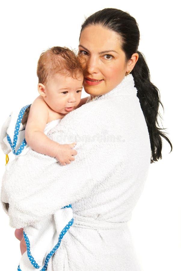 愉快的母亲和儿子在浴以后 免版税图库摄影