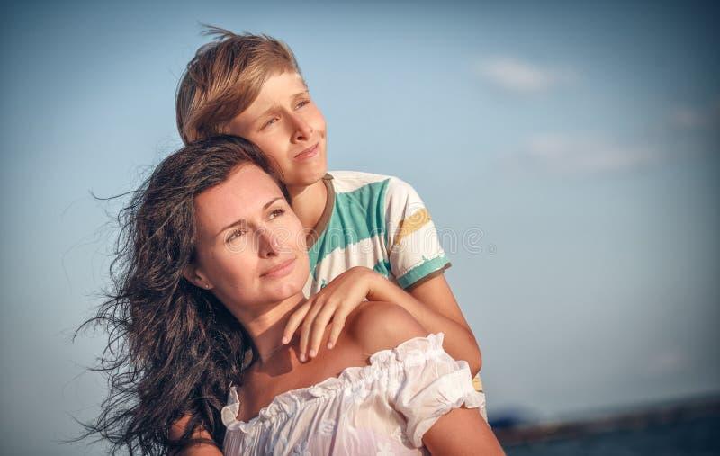 愉快的母亲和儿子海上,室外 库存照片
