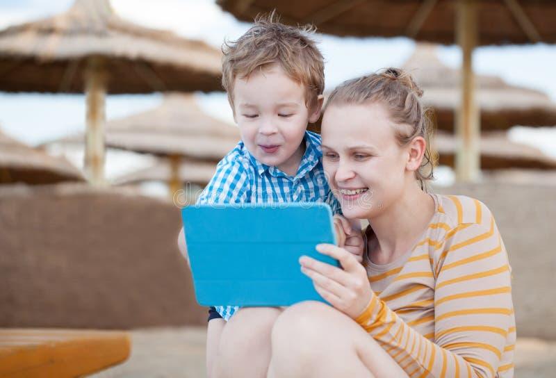 愉快的母亲和儿子海滩胜地的 库存照片