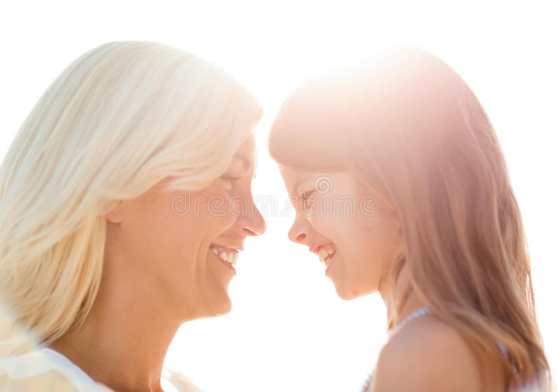 愉快的母亲和儿童女孩 免版税库存图片