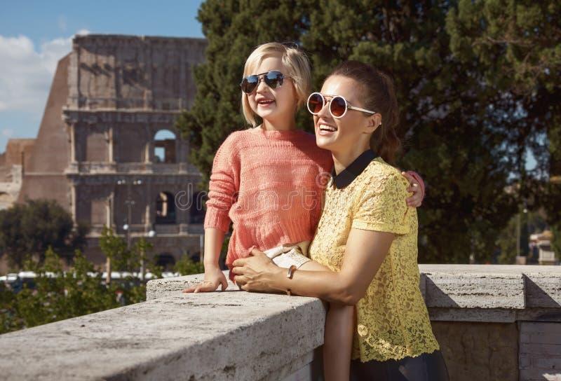 愉快的母亲和儿童游人在罗马,有的意大利游览 免版税图库摄影