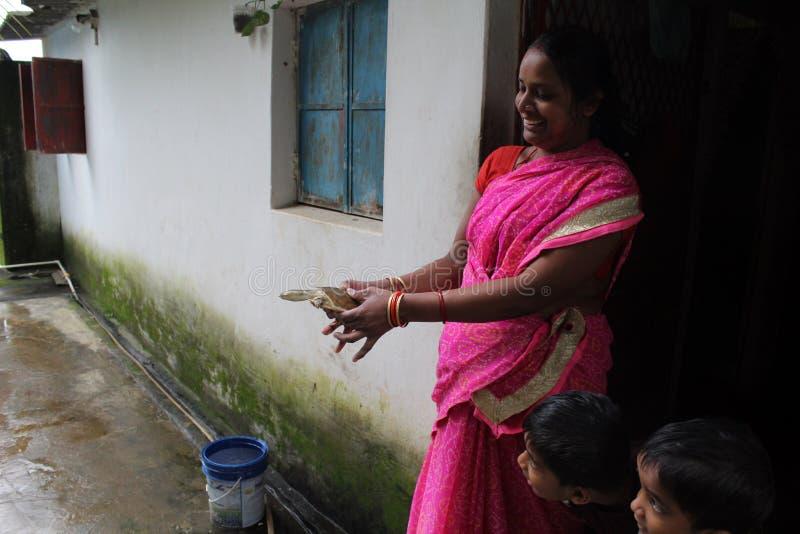 愉快的母亲和儿童观看的草龟 免版税库存图片