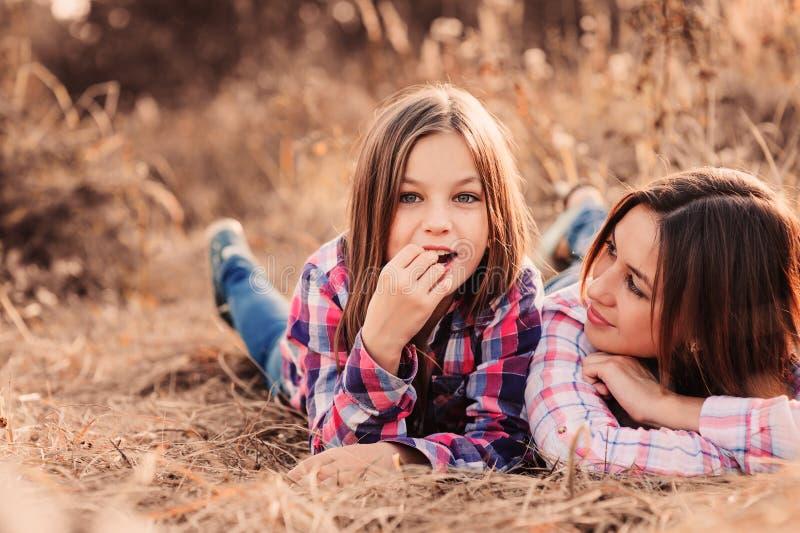 Download 愉快的母亲和女儿舒适步行的在晴朗的领域 库存照片. 图片 包括有 孩子, 幸福, 少许, 本质, 敬慕, 通信 - 62532564