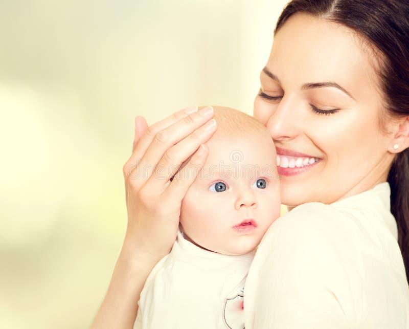 愉快的母亲和她新出生的婴孩 免版税图库摄影