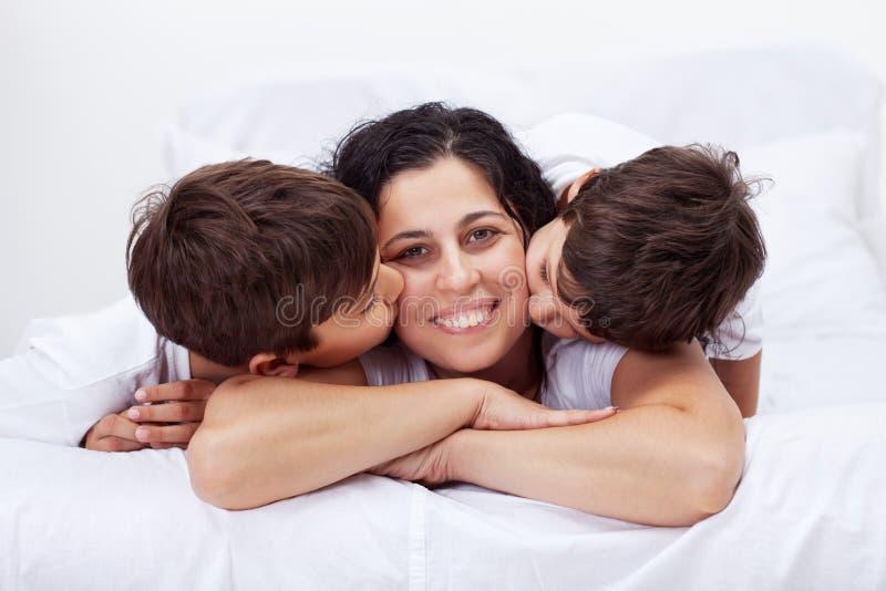 愉快的母亲和她爱的小男孩 免版税图库摄影