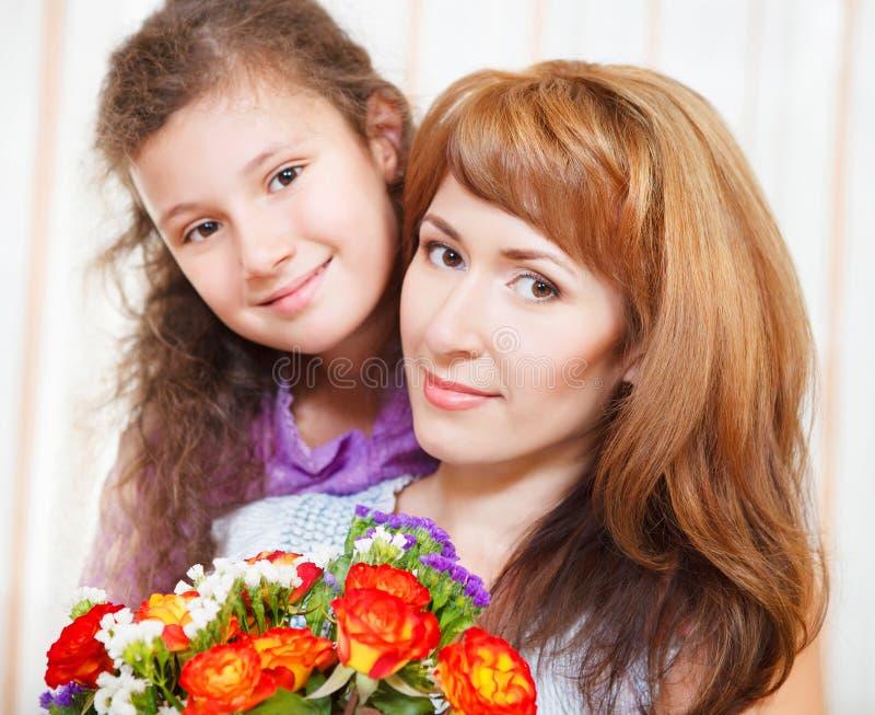 愉快的母亲和她的小女儿纵向  库存照片