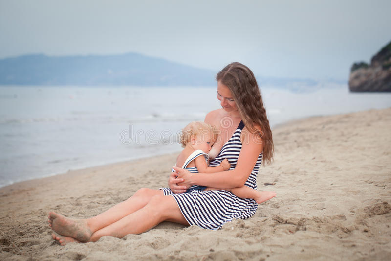 愉快的母亲和小女儿沿海滨去 库存图片
