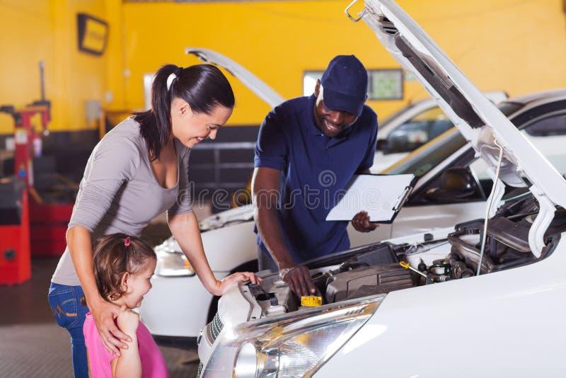 母亲女孩汽车服务 免版税库存图片
