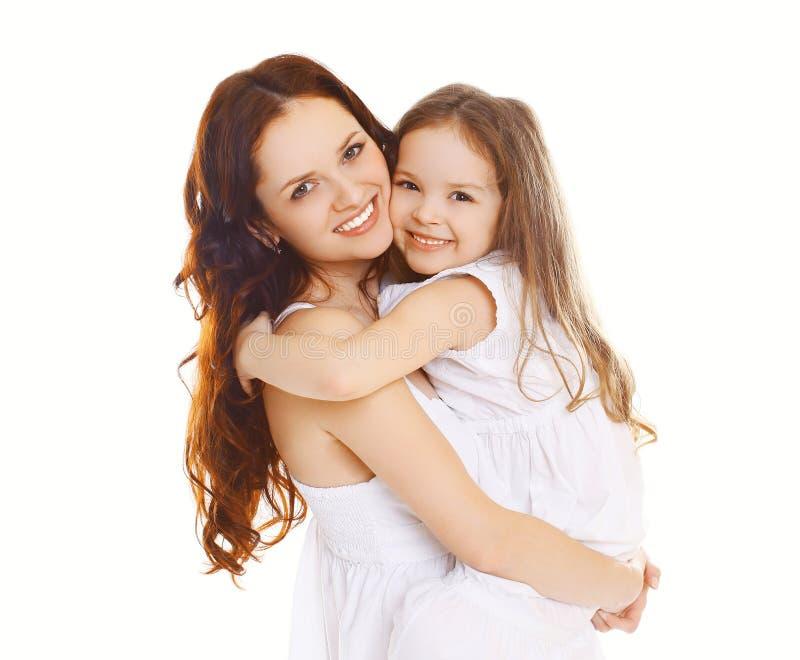 愉快的母亲和爱恋的矮小的女儿 免版税库存图片