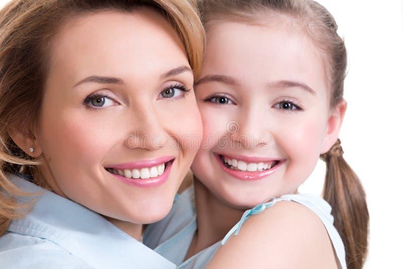愉快的母亲和年轻女儿特写镜头画象  库存照片
