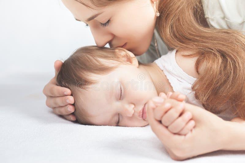 愉快的母亲和婴孩 免版税库存照片