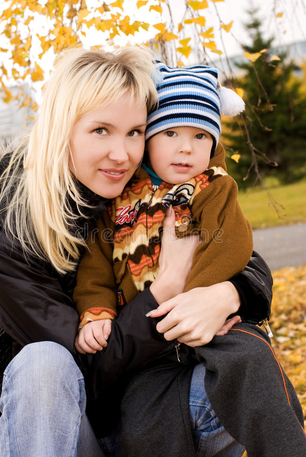 愉快的母亲室外儿子 图库摄影