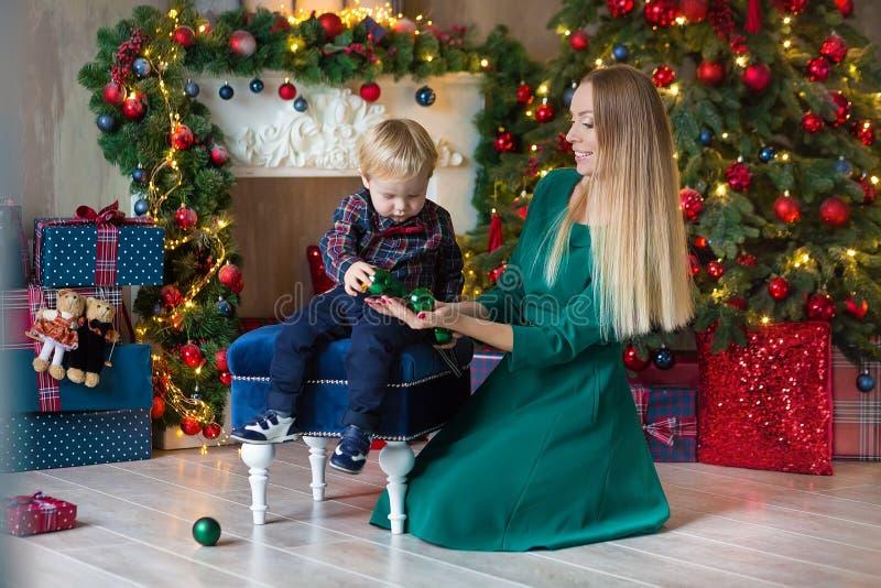 愉快的母亲画象和可爱的婴孩庆祝圣诞节 新年` s假日 有妈妈的小孩的欢乐地装饰 图库摄影