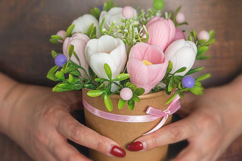 愉快的母亲节、妇女天,生日或者婚姻招呼概念 玫瑰花束在被弄脏的背景的 温泉浪漫概念 免版税库存照片
