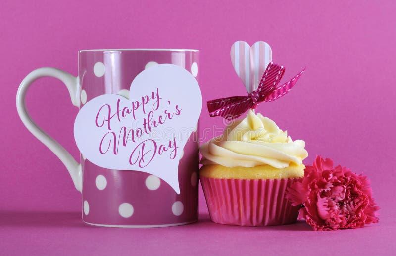 愉快的母亲节杯形蛋糕礼物用咖啡 免版税图库摄影