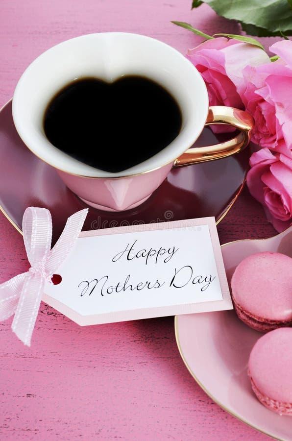 愉快的母亲节桃红色玫瑰和心脏形状茶杯 免版税库存照片