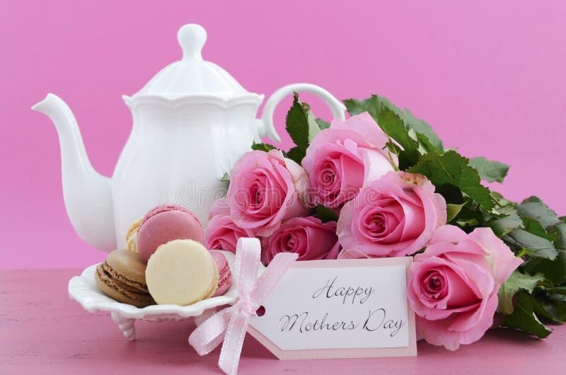 愉快的母亲节桃红色玫瑰和茶设置 库存照片