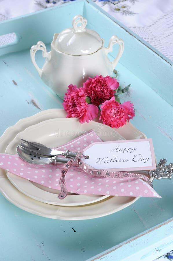 愉快的母亲节水色蓝色早餐早晨茶葡萄酒减速火箭的破旧的别致的盘子设置-垂直接近  免版税库存照片
