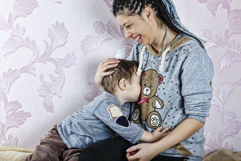 愉快的母亲,母亲节,儿子,愉快,比赛,童年 免版税库存图片