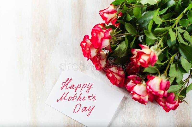 愉快的母亲` s天概念--与玫瑰的明信片 免版税图库摄影