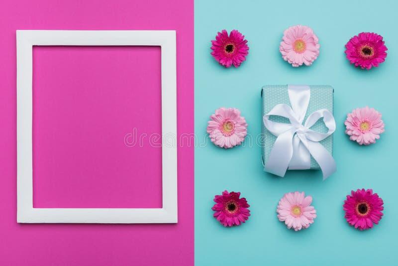 愉快的母亲` s天,妇女` s天,华伦泰` s天或生日淡色蓝色和桃红色糖果颜色背景 花卉舱内甲板位置 库存图片