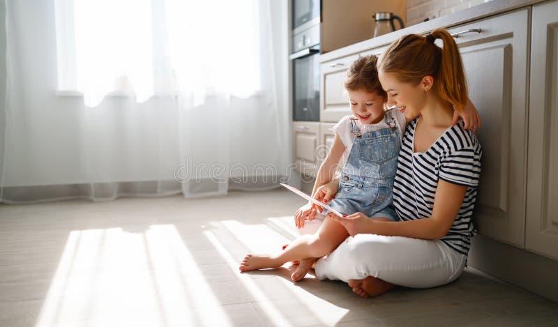 愉快的母亲` s天!儿童女儿祝贺她的母亲和 库存图片