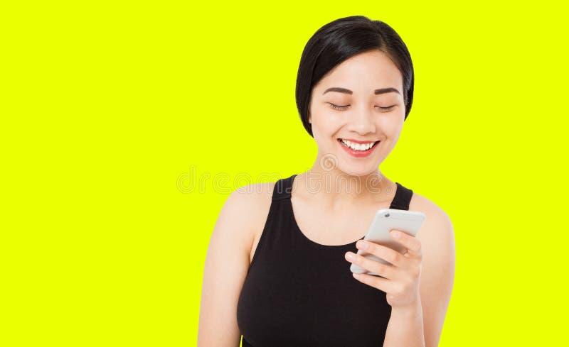 愉快的汉语,在黄色背景隔绝的韩国女人,拷贝空间 免版税库存照片