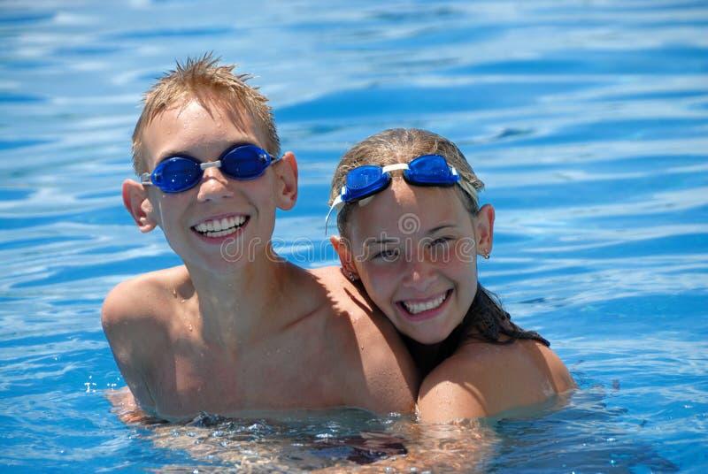 愉快的池游泳者 库存照片