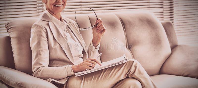 愉快的治疗师画象在办公室 库存图片