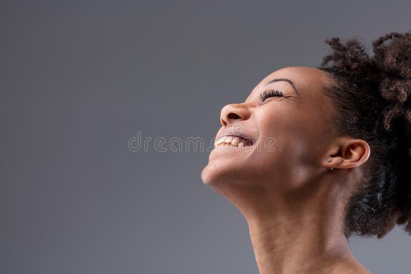 愉快的活泼的笑的年轻非洲妇女 免版税库存照片