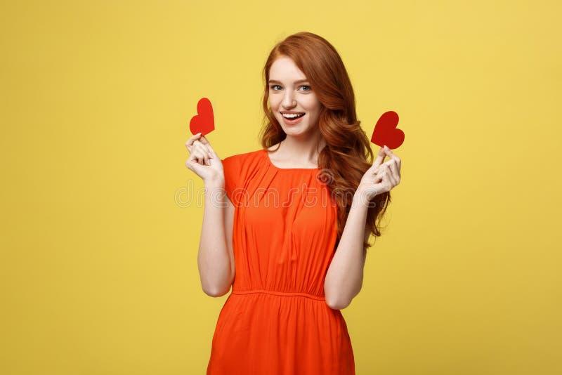 愉快的浪漫年轻白种人女孩画象有红色纸心形的明信片的,浪漫愿望,情人节 库存图片