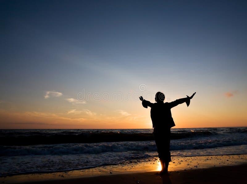 愉快的海滨妇女 免版税库存照片