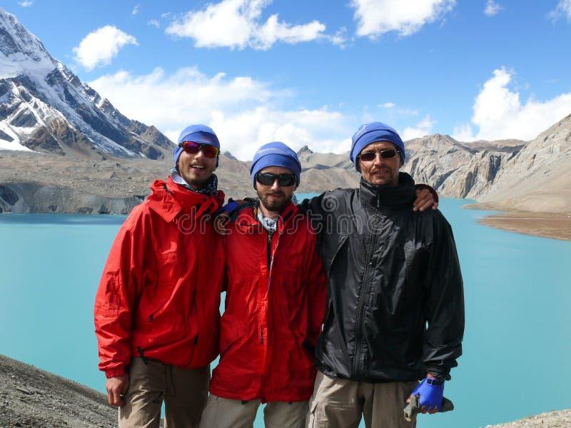 愉快的游人和Tilicho湖, Tilicho峰顶,尼泊尔 免版税图库摄影