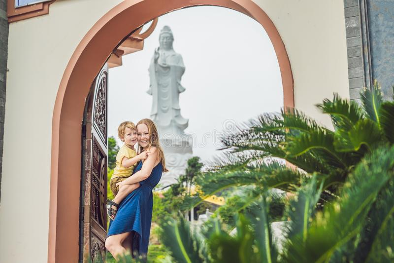 愉快的游人妈妈和儿子在塔 旅行的亚洲概念 旅行与婴孩概念 库存照片