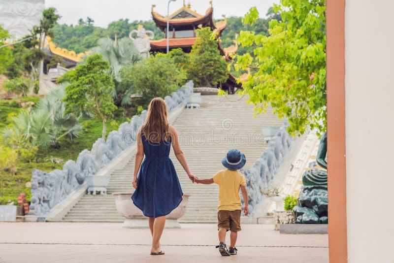 愉快的游人妈妈和儿子在塔 旅行的亚洲概念 旅行与婴孩概念 免版税图库摄影