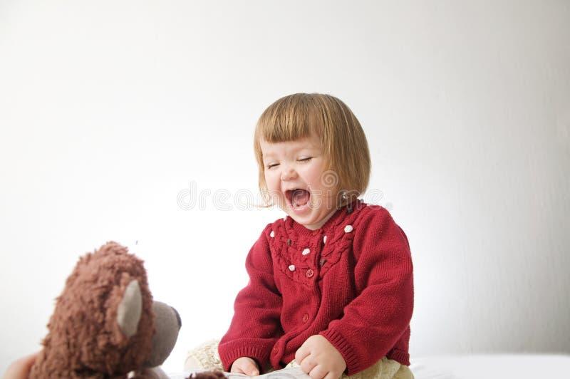 愉快的滑稽的女孩情感使用 逗人喜爱的白种人白肤金发的女婴 免版税库存照片