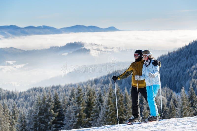 愉快的滑雪者夫妇  免版税库存照片