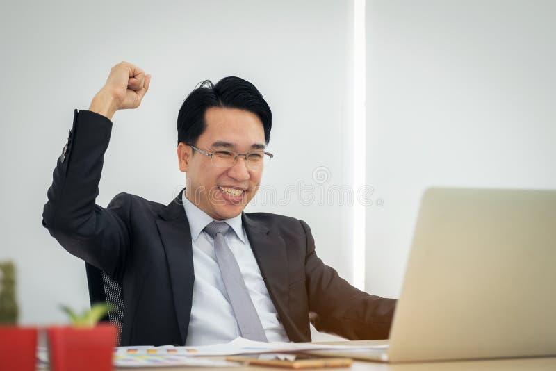 愉快的激动的商人庆祝他的成功 优胜者,经理 免版税库存照片