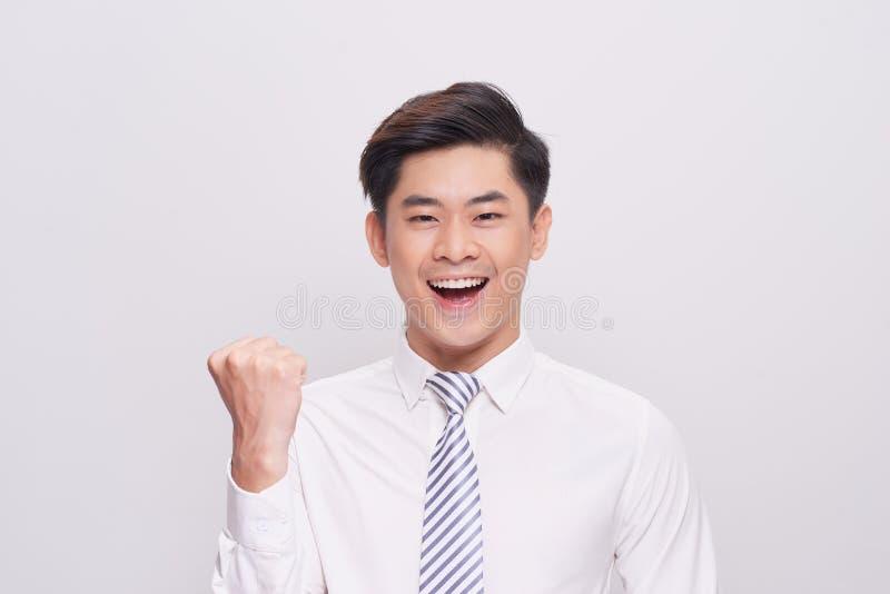 愉快的激动的年轻亚洲商人画象  免版税库存图片