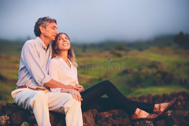 愉快的爱恋的中部年迈的夫妇 免版税图库摄影