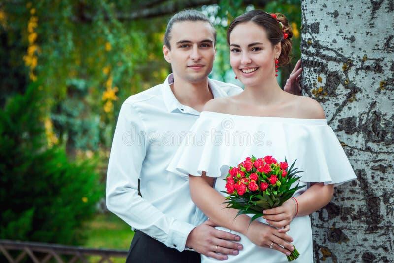 愉快的爱恋的婚礼夫妇在秋天停放 图库摄影