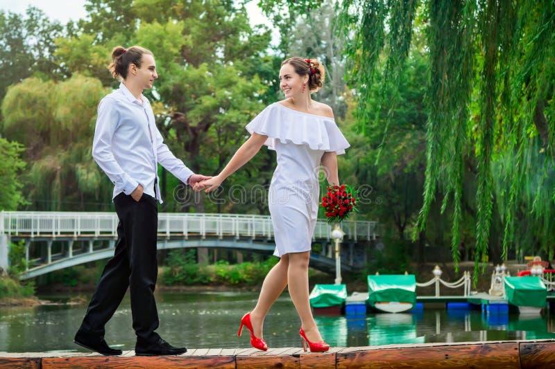 愉快的爱恋的婚礼夫妇 免版税库存图片