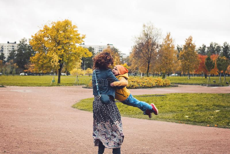 愉快的爱恋的家庭户外 母亲和她的儿子儿童男孩 免版税图库摄影