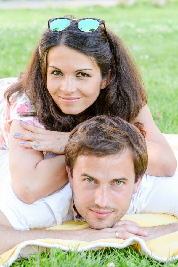 愉快的爱恋的年轻夫妇户外 库存图片