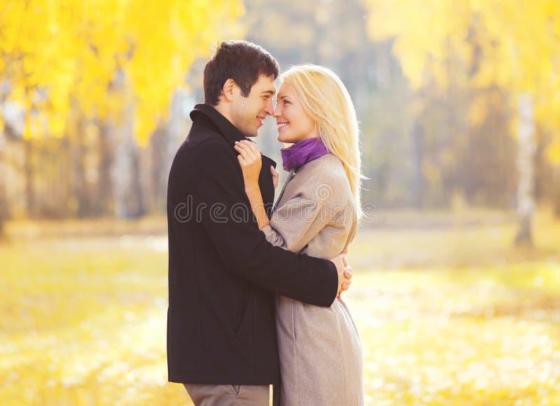 愉快的爱恋的年轻夫妇秋天画象在爱的 免版税库存照片