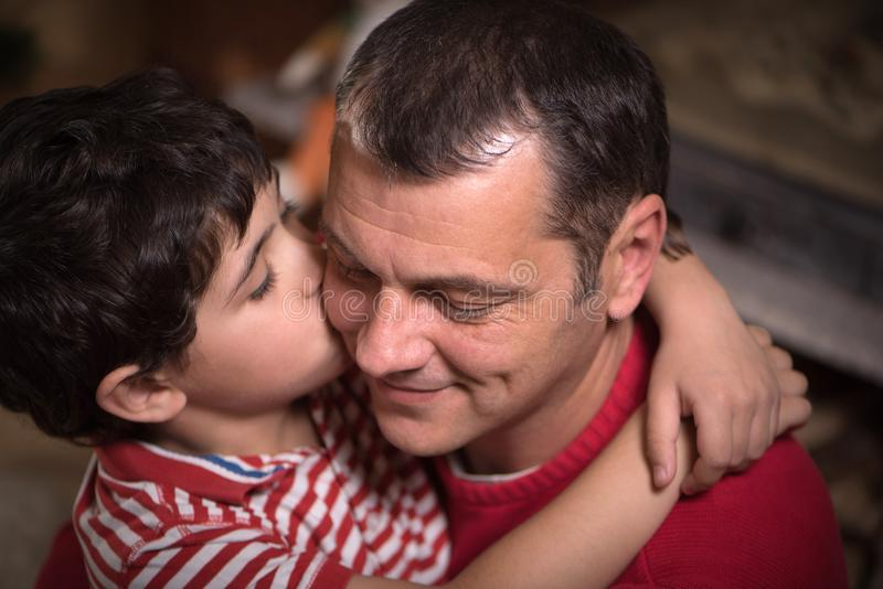 愉快的父亲和他可爱的儿子接近的画象  免版税图库摄影