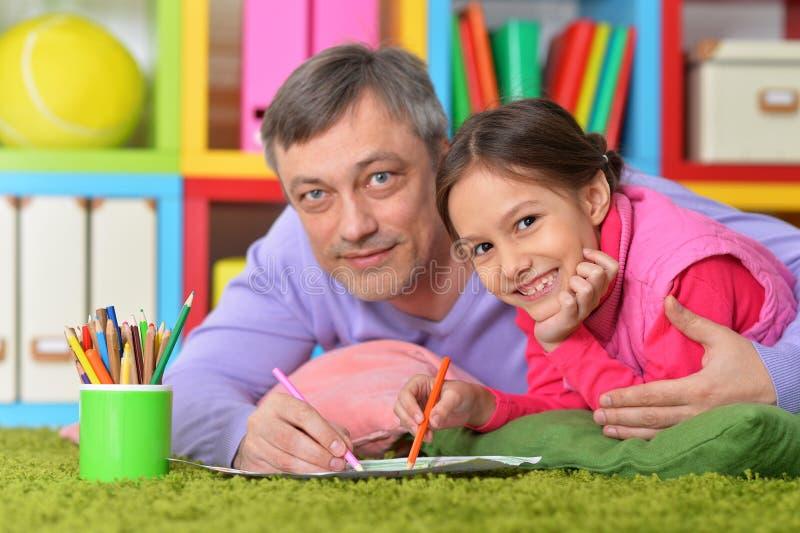 愉快的父亲和他逗人喜爱的女儿画象  库存图片