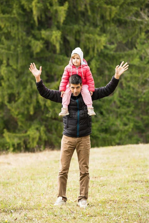 愉快的父亲和女儿本质上 库存照片