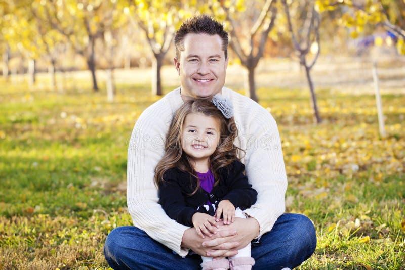 愉快的父亲和女儿纵向 免版税库存图片