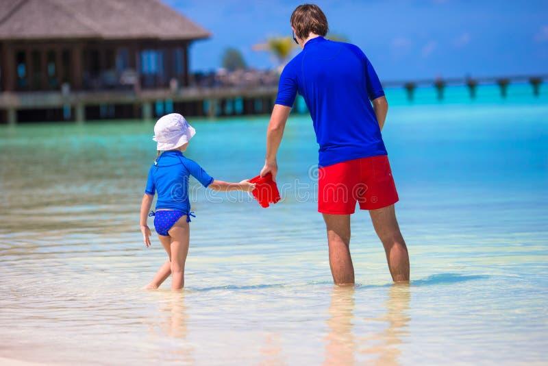 愉快的父亲和小女儿获得乐趣  免版税库存图片